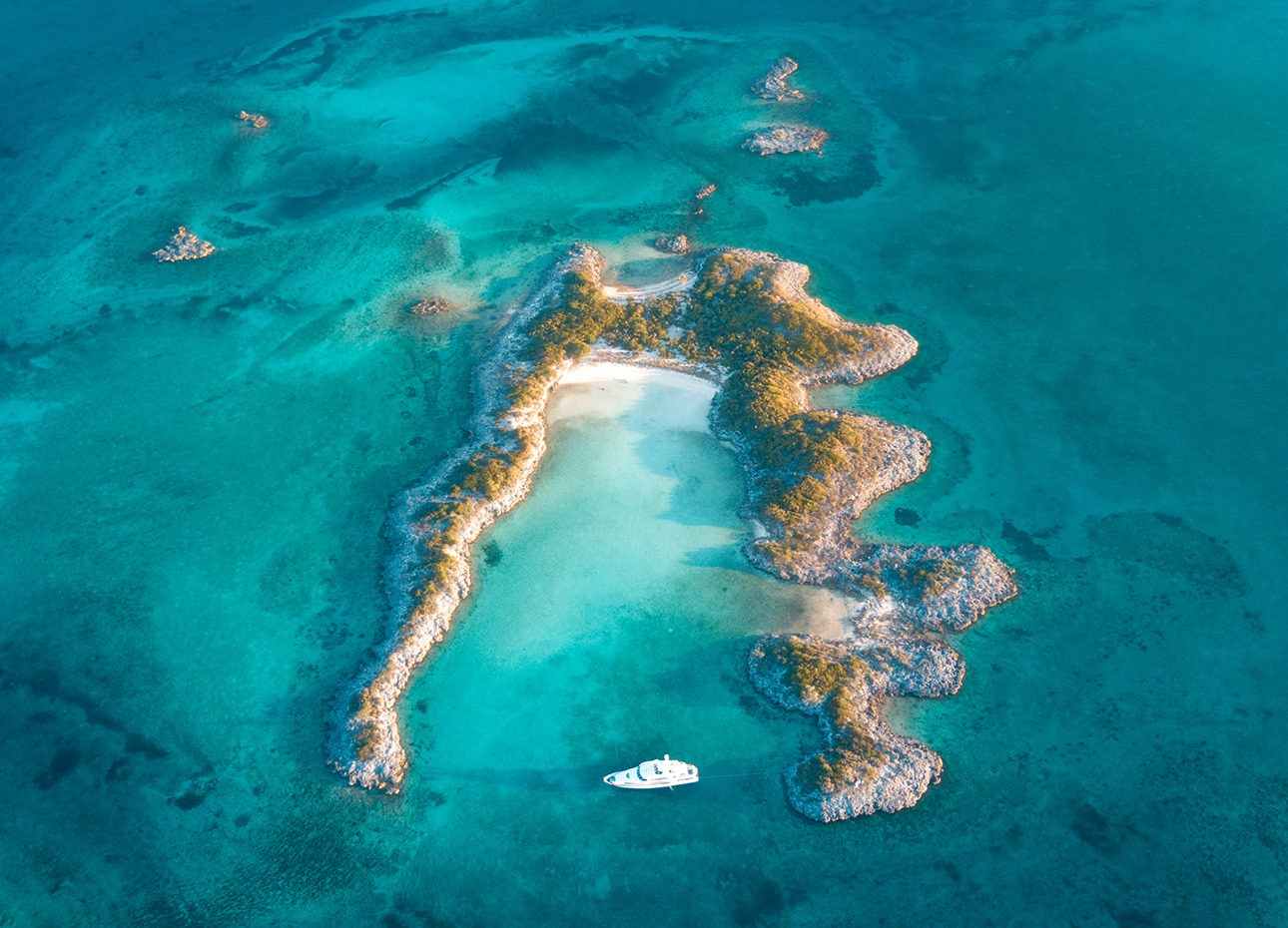 bahamas-islands-and-boat-photographed-from-the-sky