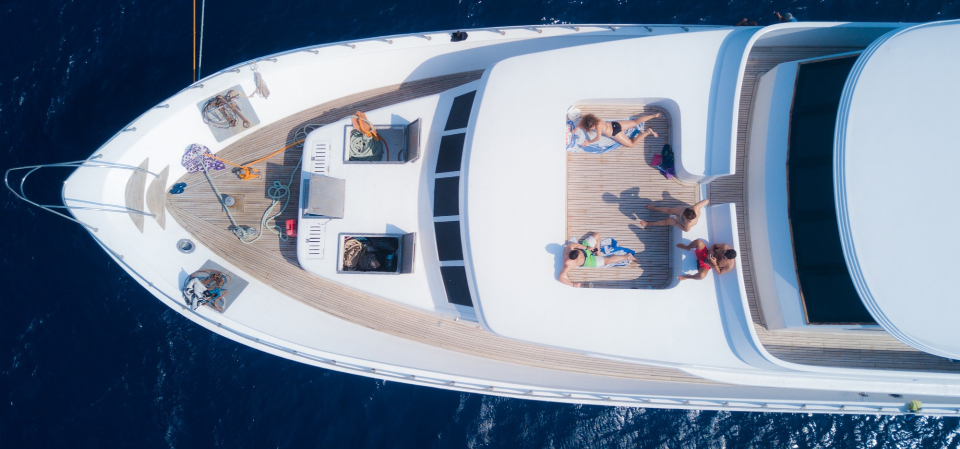 The bow of M/Y blue Fin from above